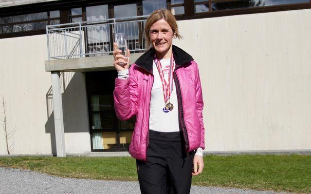 Tonje Brande med deltakermedalje, 5-års medalje og klassevinnerpokal. Vandrepokalen for beste kvinne fikk hun seinere. Foto: Helge Fuglseth
