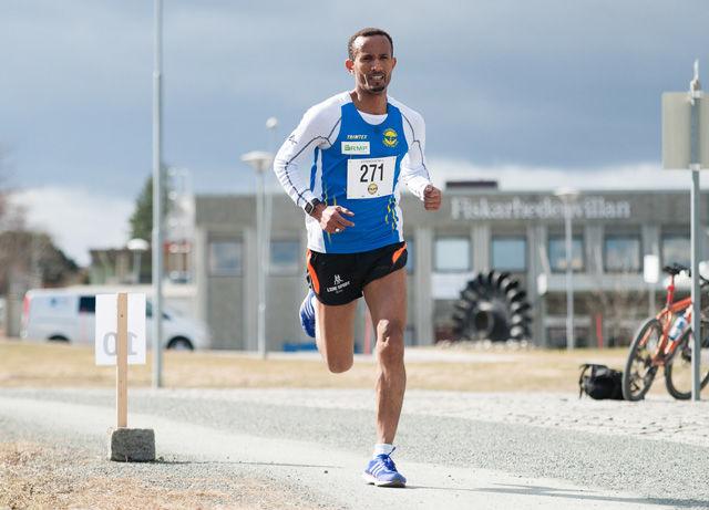 Ebrahim Abdulazi vant årets Trønderjogg slik han gjorde i fjor. Men tiden var 17 sekunder raskere i år. Foto: Helge Langen