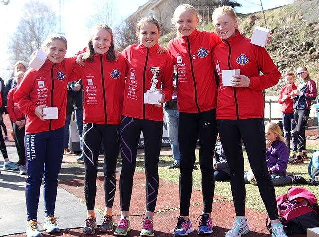 Hamar IL Friidretts fem raske jenter som vant klasse 10-14 år.