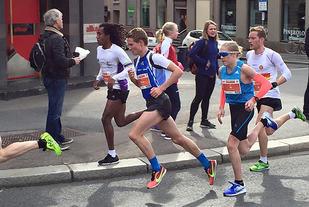 I Sentrumsløpet var det bare ett år eldre Simen Halle Haugen som var i nærheten i 16-17-årsklassen da Petter løp på 31:23 (foto: Margrete Ruud Skjeseth)