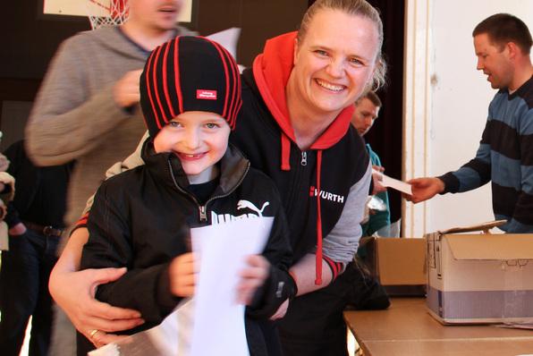 Renate Fredheim og sonen henta sin pose med Nemaslug i gymsalen på Alversund skule.