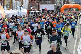 Starten på halvmaraton i Bergen City Maraton i fjor. Foto: Arne Dag Myking