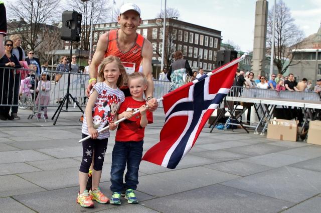 IMG_8396_Didrik_og_barna_med_flagg.jpg