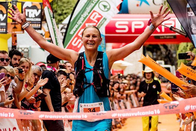 Ida Nilsson kan slippe jubelen løs etter å ha vunnet det 74 km lange og svært så kuperte Transvulcania. (Foto: arrangøren)
