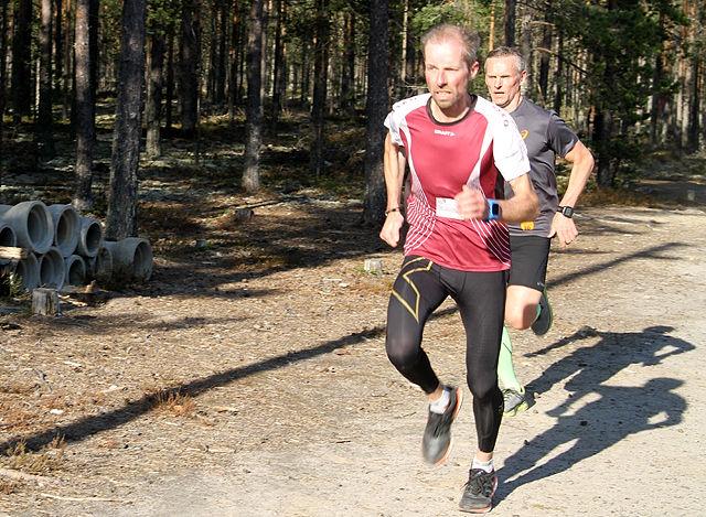 SPURTDUELL: Jan Hovde kopierte seieren fra forrige ukes Gå-jogg på Ilseng, men fikk mer motstand av Hans Tore Riibe i motsola i Elverum.