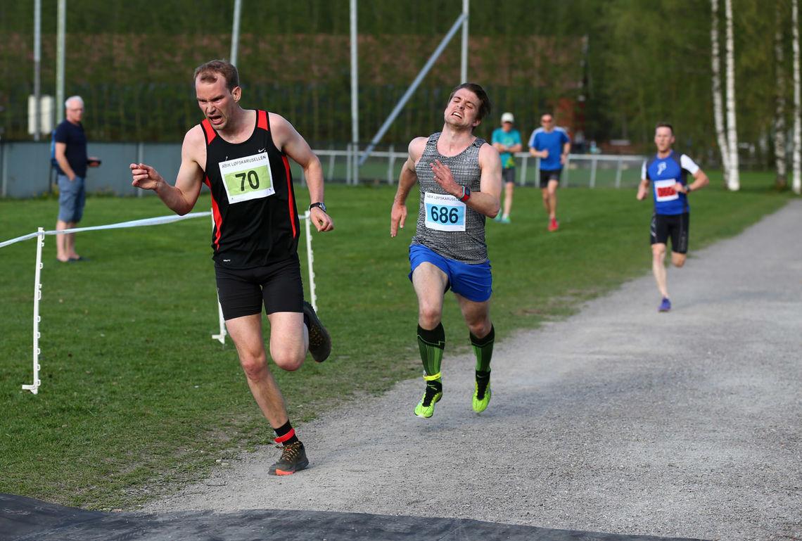 Kristian Braathen spurter inn til seier foran Glenn Røisgaard (foto: Bjørn Hytjanstorp).
