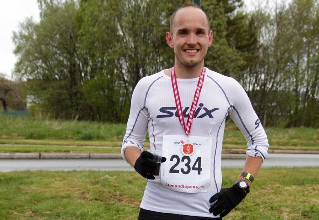Olger Pedersen imponerte på maratondistansen og satte solid ny personlig rekord i regnet og blåsten som spesielt maratonløperne møtte inn og ut Brusdalen
