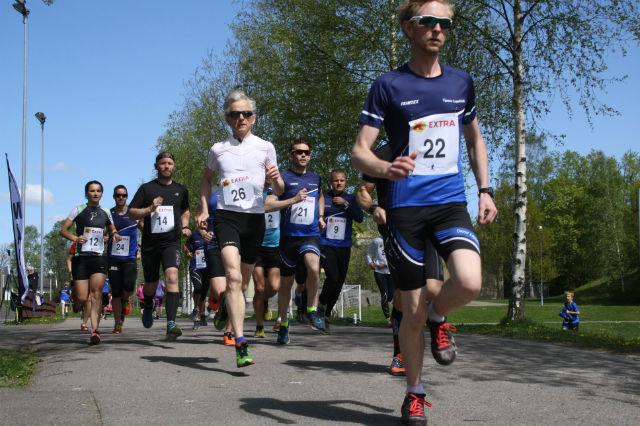 Løyperekordholder John Frisli Jahre (startnr 22) legger ut i tet foran Ole Kulbraaten (startnr 26) og resten av feltet på den lengste distansen, 6,1 km. Foto: Beathe Skog Hansen.
