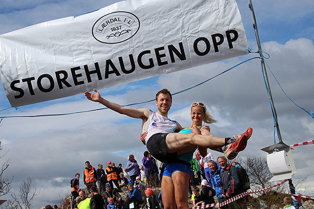 Therese Sjursen tar et godt tak i den andre vinneren, Stian Angermund-Vik. Foto: Jan Christian Jerving
