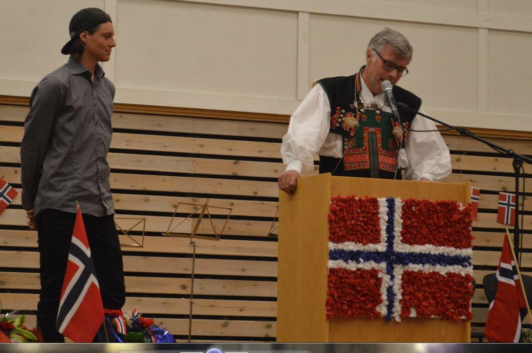 Sindre Tveiten og ordførar Jon Rolf Næss.JPG