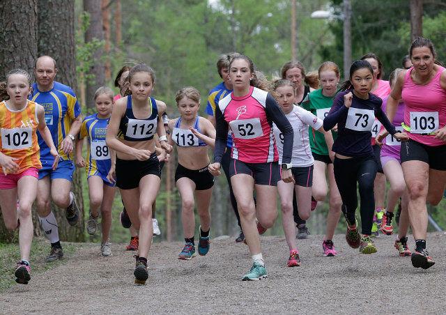 Start kvinneklassen i det aller første løpet i Ulsrudkarusellen. Foto: Per Inge Østmoen