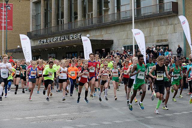På Götaplassen: Starten for det første CityVarvet for unge fra 14-19 år. Vi ser alle de fire norske løperne i fremste rekke. (Foto:Per Inge Østmoen)