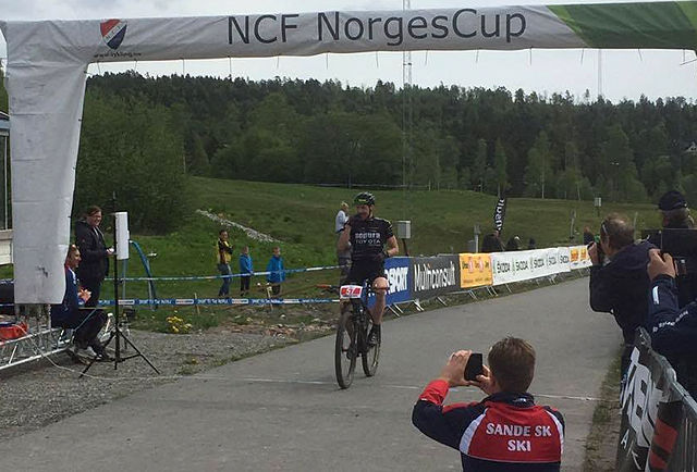 Vinner av Montebellorittet 2016 menn senior elite, Fredrik Edin, ved målgang etter 71 kilometer. (Foto: Norges Cykleforbund)