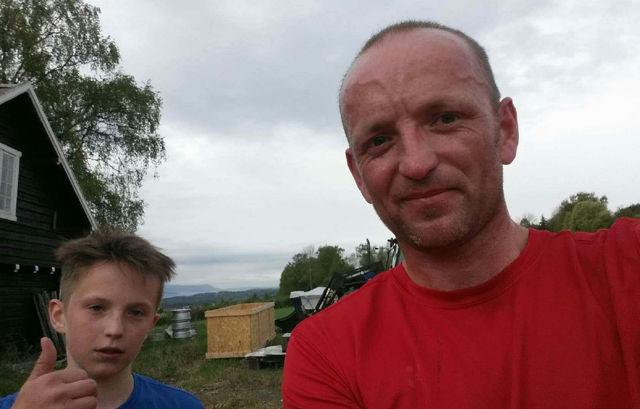 Tommelen opp for Wiktor og Miroslaw Baran etter Bjørgeberg-joggen onsdag. (Foto: Privat)