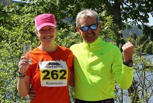 Therese Falk og Lars Dørum ved elvebredden etter seieren på 50 km i 2016 (foto: Olav Engen).