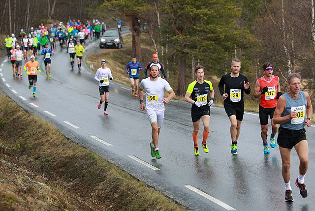 Maratonstart i Sjoadalen: 104 løpere startet og akkurat 100 kom i mål. Bak lederen på bildet ser vi nr. 1, 2 og 5 i dagens løp: nr. 96 Amund Owren, nr. 112 Erik Kaspersen Hoffsbakken og helt til høyre Vidar Kvernvold (Foto: Kjell Vigestad)