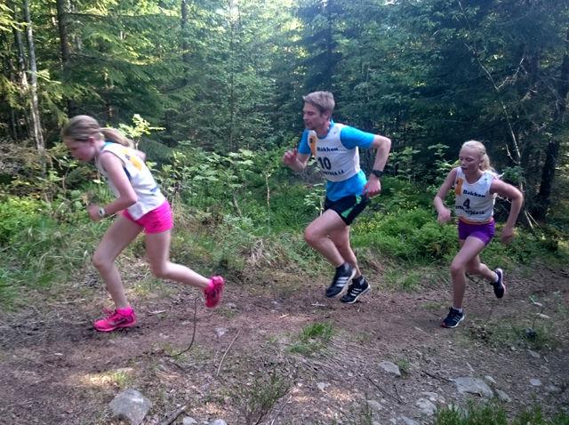 Kristina Langsethagen (til v.) og Aurora Gaarder Strand har krefter igjen til  en real spurt på toppen med Kenneth Langsethagen mellom seg.