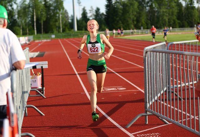 June Laake går i mål på 1500 meter i UKI-karusaellens 3. l løp. Denne gangen var det 800 meter (foto: Bjørn Hytjanstorp).