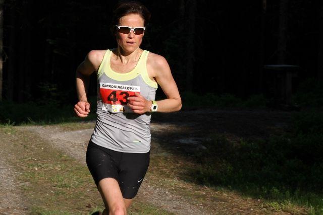 Elin Sjaastad løper inn til seier i kvinneklassen på 12 km (foto: Olav Engen).
