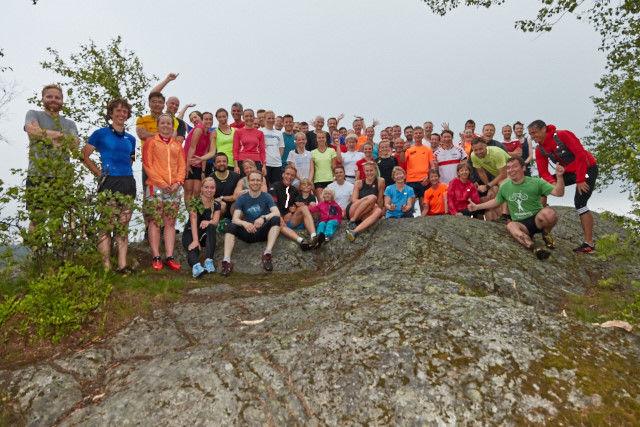 Lagbilde av en god del av deltakerne etter løpet. Arrangøren trakk ut syv gavekort a kr. 500 blant de som var  igjen på toppen. Foto: Stian S. Møller