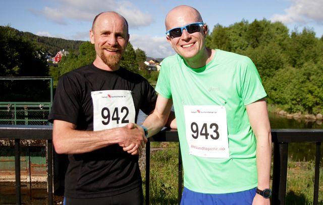 De to beste på 10 km i det 1. løpet av Ålesund sommerkarusell. Fra venstre, Tom Skar (nummer to) og Øyvind Helstrøm (vinner)
