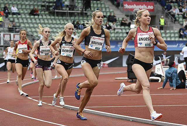 Kristine Eikrem Engeset tok teten og ble der til nederlandske Manona Kruiver for forbi 450 m fra mål. (Foto: Bjørn Johannessen)
