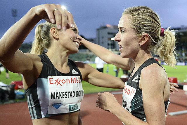 Ingvill Måkestad Bovim gratulerer Karoline Bjerkeli Grøvdal med den norske rekorden på 1 engelsk mile. (Foto: Bjørn Johannessen)