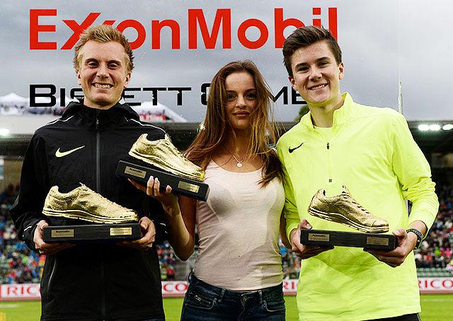 Sondre Nordstad Moen, Live Solheimdal og Jakob Ingebrigtsen fikk overrakt Kondis' gullsko under Bislett Games. (Foto: Bjørn Johannessen)