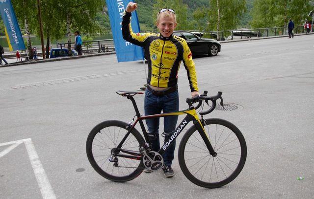 Øyvind Heiberg Sundby stod kanskje for den sterkeste prestasjonen i Geiranger. Vanligvis ser vi Øyvind på motbakkeløp, men på lørdag hadde han byttet ut løpesko med sykkel. Øyvind vant Nibberittet på tiden 1.03.16. Foto: Helge Fuglseth