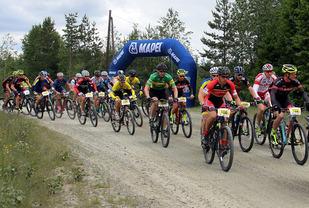 Fra starten på Knapperittet i fjor med samme vinner, Ole Dalsjø, i spiss helt til høyre i bildet (Foto: Knut Imsdalen)