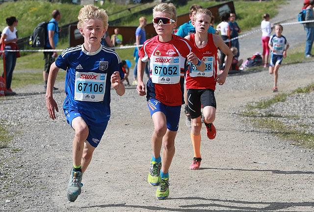 Fart og innsats: Tre 12-årsgutter som representerer bredden i UngdomsBirken. De er ikke blant de aller beste, men løper likevel imponerende fort. (Foto: Kjell Vigestad)