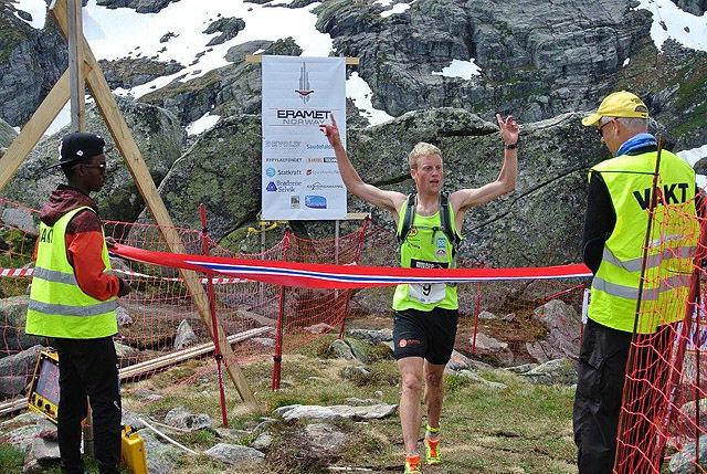Tengsareid går i mål som vinner og ny løyperekordinnehaver. Foto:Kai Ove Birkeland