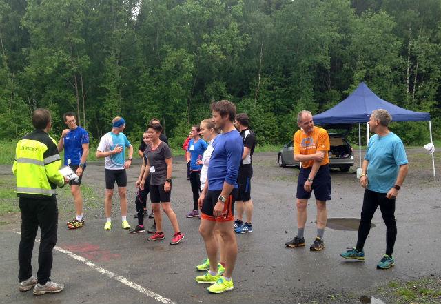 Hele feltet i ukas gå-jogg samlet før start med bl.a. Johan Edin, Henning Mortensen og Esther Inselset (fra. v) i første rekke. (Arrangørfoto)