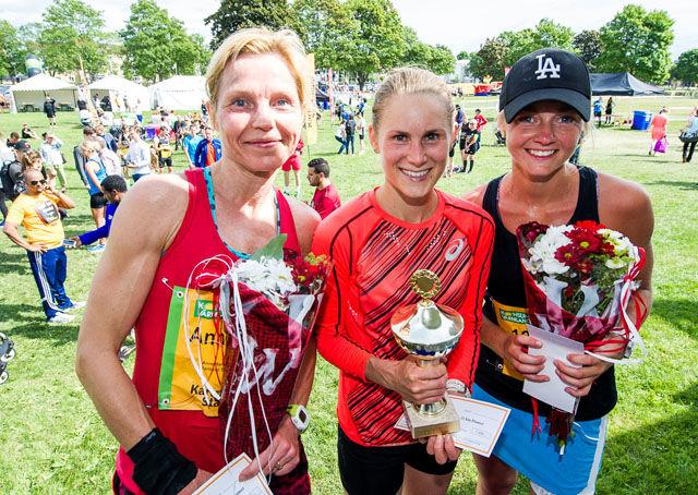 Heidi Pharo (midten) vant halvmaratonløpet foran Hanna Thorold (til høyre) og Annemarie Eldholm. (Foto: arrangøren)