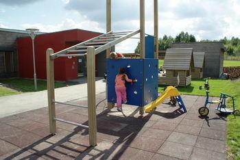 Barn i lek ved klatresativet