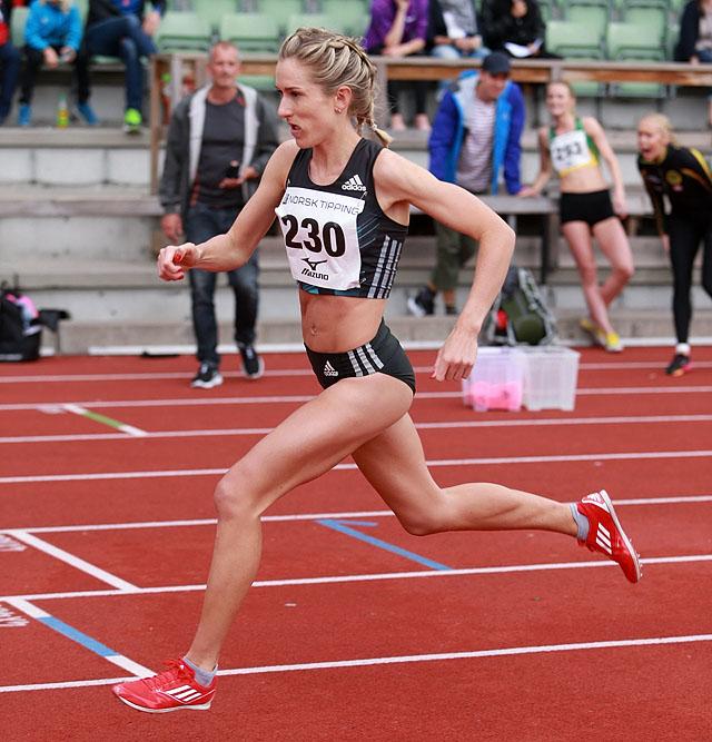 800m_Karoline_Bjerkeli_Groevdal_med_roede_sko_og_negler_AZ3T3764.jpg