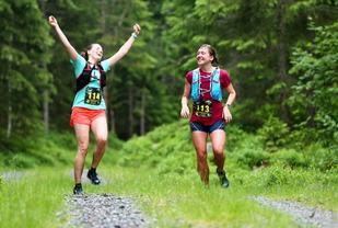 Fra fjorårets løp med glade Astri Norløkken og Erika Wollned 34 kilometer ut i løpet. (Foto: Bjørn Hytjanstorp)