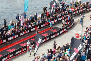 Flott ramme: Det har vært mye, entusiastisk publikum på brygga i Haugesund under de første fem utgavene av de halve utgavene hittil. Det blir ikke færre når arrangementet fra 2018 oppgraderes til full Ironman. (Foto: Kjell Vigestad)