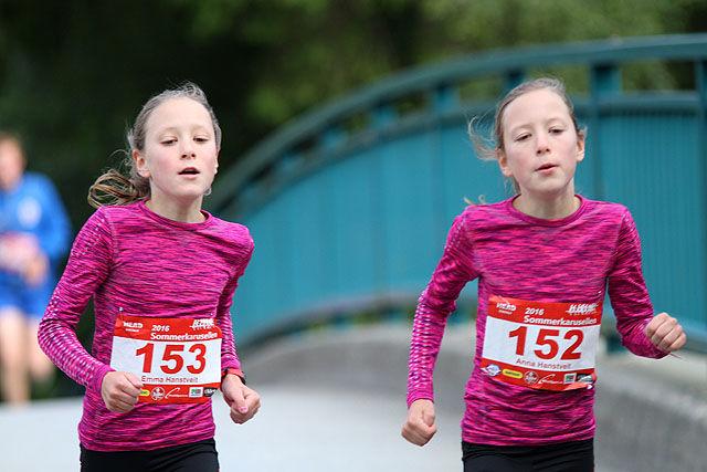 Tvillingene Anna og Emma Hanstveit fra Mjøsdalen er bare 12 år gamle, men løper fortere enn de fleste.