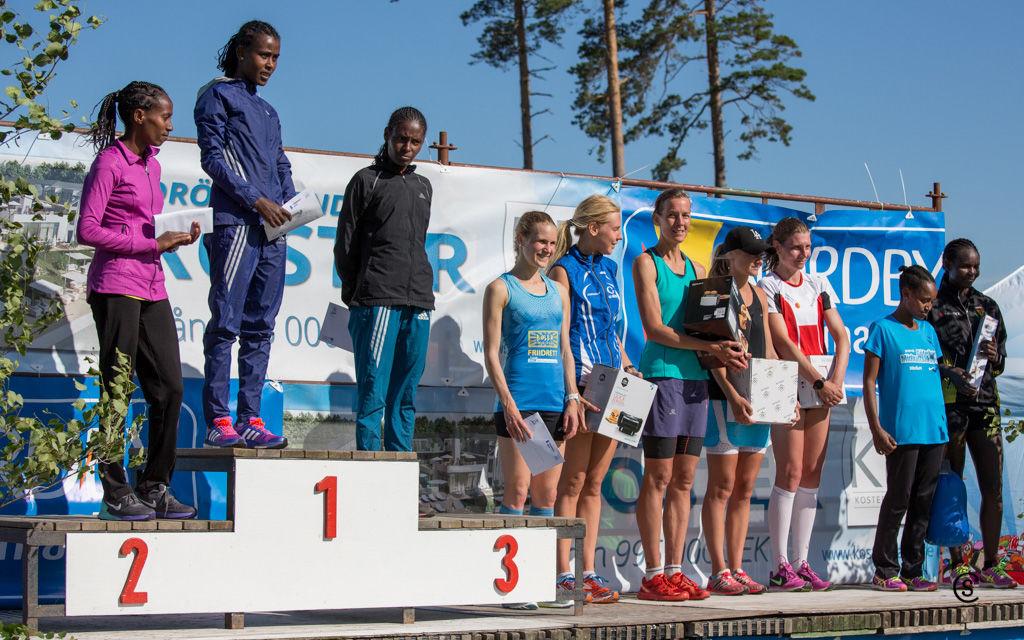 Fra premieutdelingen med de 10 beste kvinnene på 10km, vi ser Heidi Pharo nærmest pallen (foto: Sylvain CAVATZ)