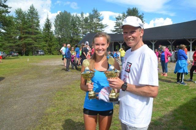 VINNERNE: Geir Strandbakke og Monika Kørra ble vinnere av 11 km i det 34. Risberget rundt. (Foto: Erik Øsmundset)