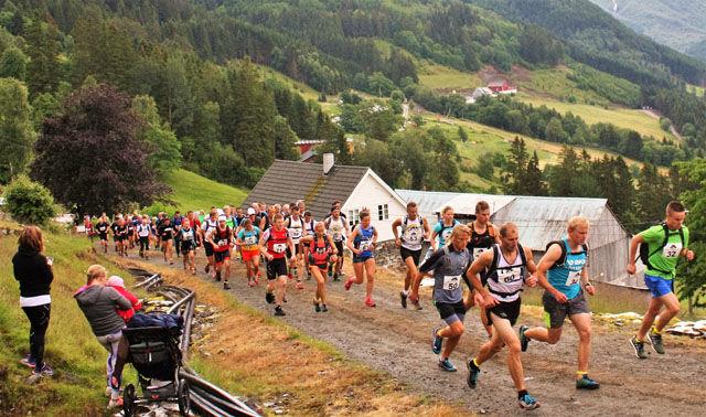 Startfeltet i konkurranseklassane med 71 deltakar like etter starten på garden Lunde i Feios i det 4.0 km lange motbakkeløpet med stigning på 827 høgdemeter frå 400- 1227 moh. (Foto arrangør)
