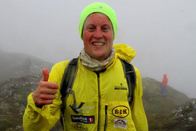 Torstein Tengsareid har kommet seg først opp til Kvasshovden og har fått på seg varme klær.