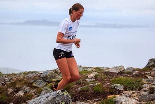 Kari Vikhagen Gjeitnes på første del av triatlonen som er å løpe opp den 528 meter høye Digergubben. Foto: arrangør
