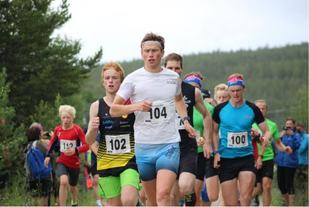 Fra starten i konkurranseklassen i fjorårets løp med vinneren Åsmund Kjøllmoen Steien i tet foran toeren Martin Grønvold. (Foto: Åshild Sveen Gussgard)