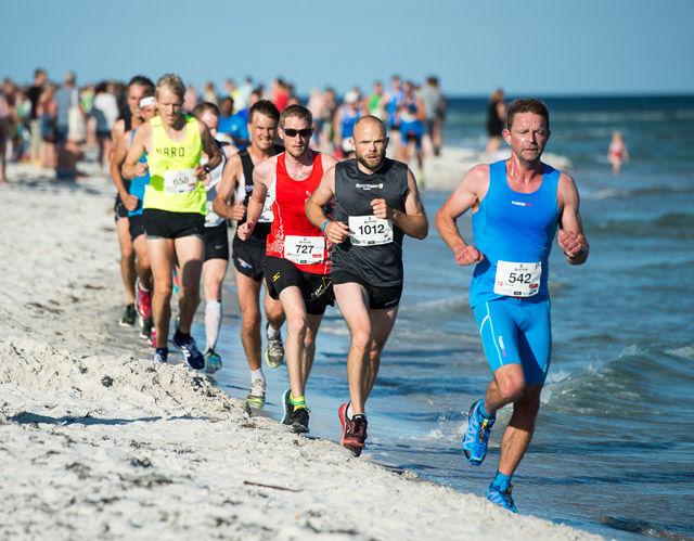 I vannkanten: Dag 2 i Etape Bornholm er det strandliv helt i kanten av Østersjøen. (Foto: arrangøren)