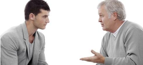 Illustrasjonsfoto. Diskusjon mellom yngre og eldre mann