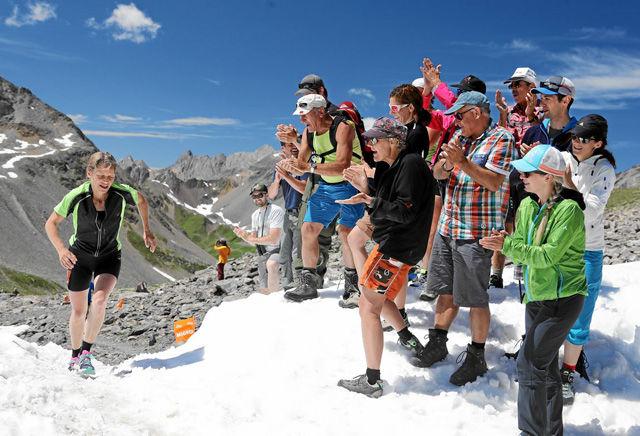 DAVOS/BERGUEN, 30JUL16 - Ein schoener, harter Berg-Ultramarathon durch gruene Taeler, tiefe Schluchten zu  hochalpinem Gelaende. Impression vom 31. Swissalpine Davos, dem bedeutenden Berg-Ultramarathon, am 30. Juli 2016. Der laengste Lauf fuehrt ueber 76,