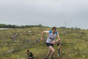 Stian Angermund-Vik på vei oppover vertikalen i Blåmann Vertikalen i TromsøSkyrace.  Foto: Kenn Løkkegaard