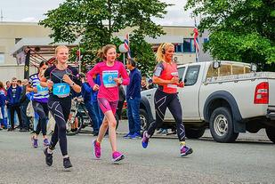 Celine Lianna Elvestad (til høyre) vant halvmaratonløpet i fjor. (Foto: Paal Fondevik)